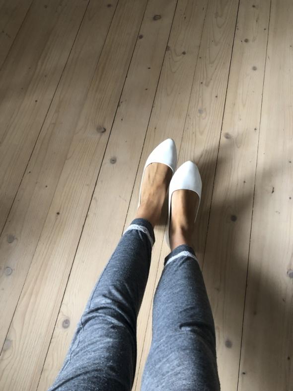 Białe używane baletki przez małe chude stópki nastolatki...