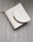 Biały portfel Reserved...
