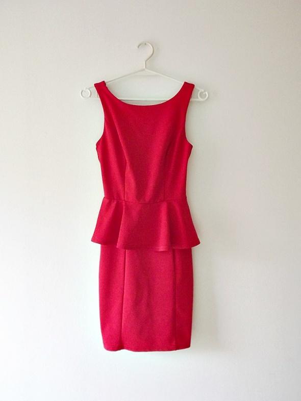 Atmosphere czerwona obcisła sukienka z baskinką dopasowana mini...