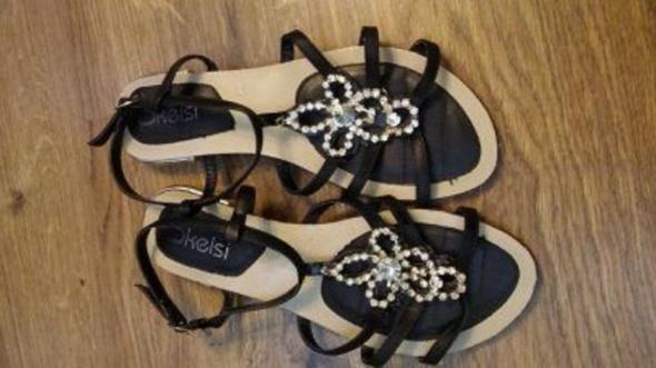 Czarne sandały z broszką 40