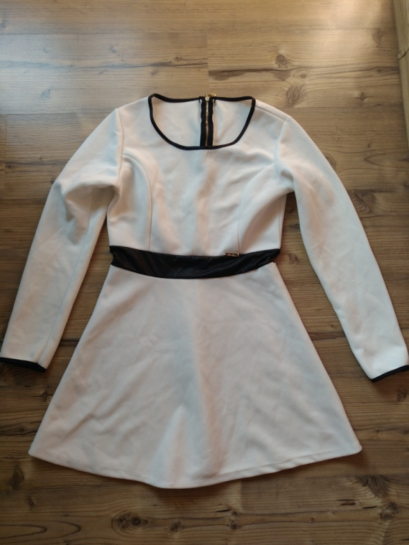 Biała sukienka z czarnymi wstawkami rozmiar M L...
