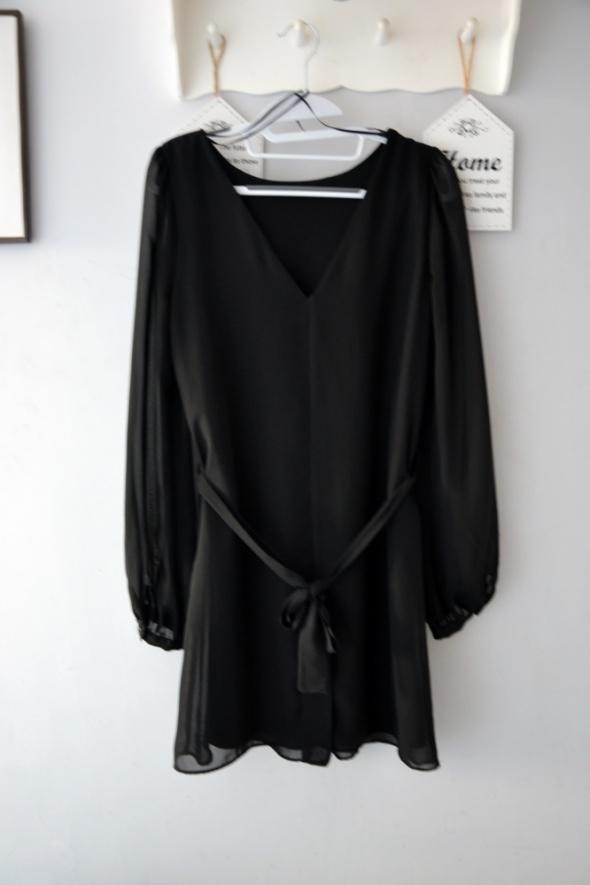 Czarna elegancka zwiewna sukienkę w literę V