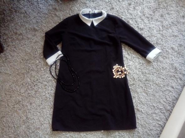 Czarna sukienka z kołnierzykiem w rozmiarze M