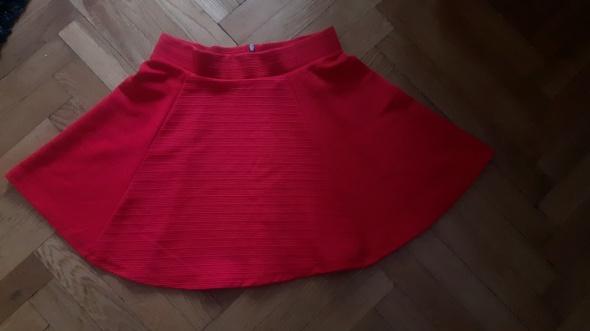 Czerwona rozkloszowana spódniczka