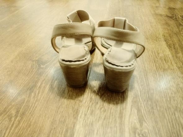 Beżowe sandały polskiej firmy 39