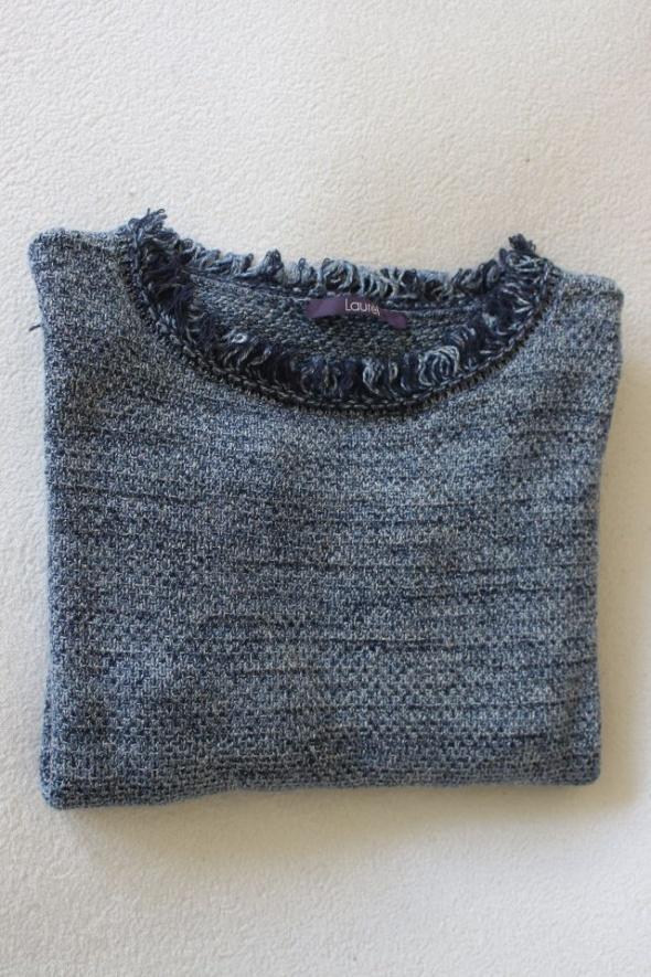 niebieski sweterek z frędzelkami