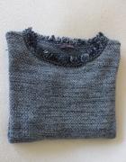 niebieski sweterek z frędzelkami...