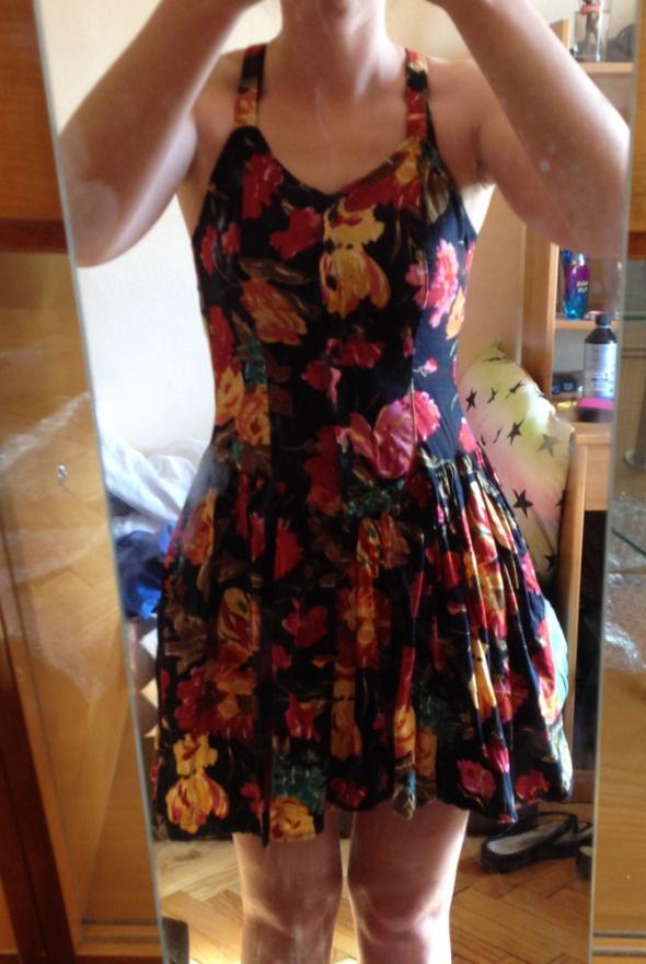 Sukienka na codzień kwiaty koktajlowa dłuższy tył elastyczna XS...