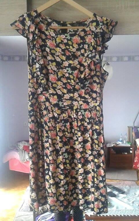 sukienka w kwiaty z falbanami...