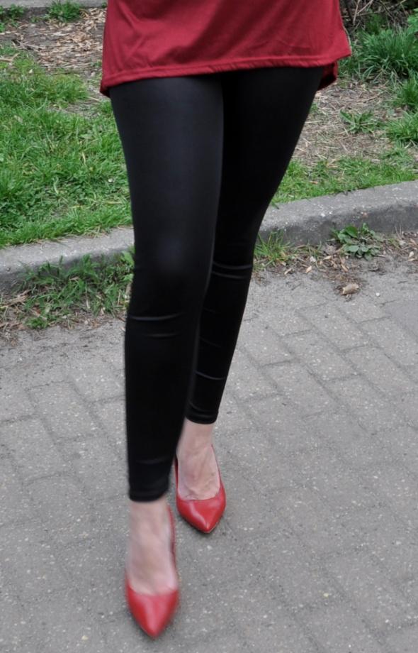 czarne połyskujące legginsy...