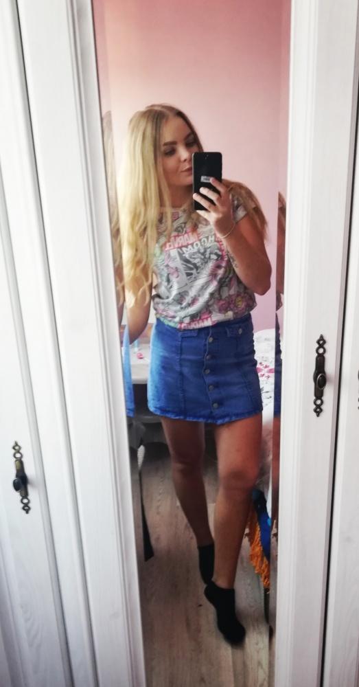 Jeansowa spódnica w połączeniu z koszulkąMarvel