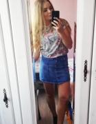 Jeansowa spódnica w połączeniu z koszulkąMarvel...