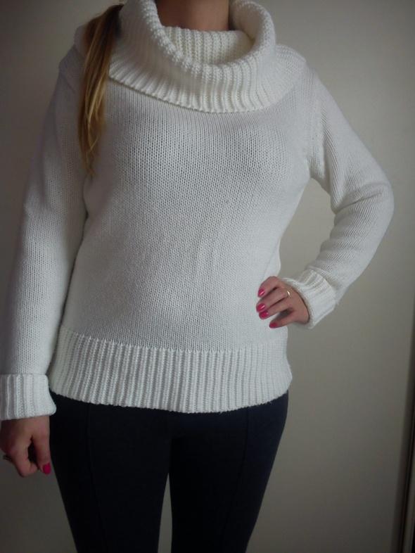 Biały sweter z szerokim golfem...