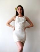 biała mini sukienka bez rękawów...
