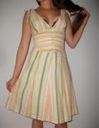 Sukienka z głębokim dekoltem V w modne pasy na wiązanych ramiąc...