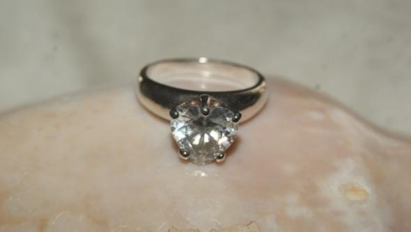srebrny pierścionek z serduszkiem...