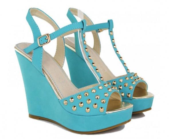 Sandały Niebieskie sandałki ćwieki na koturnie
