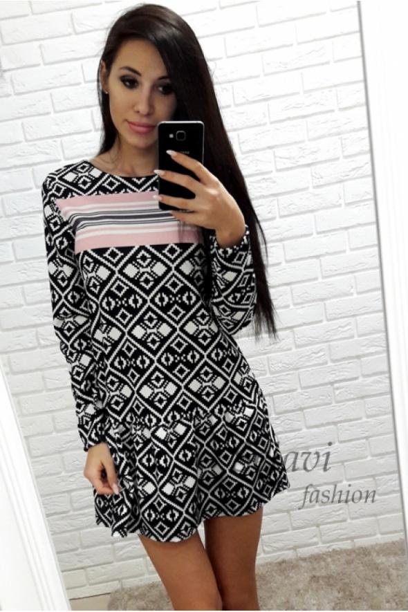 Geometryczna sukienka czarno biała puder