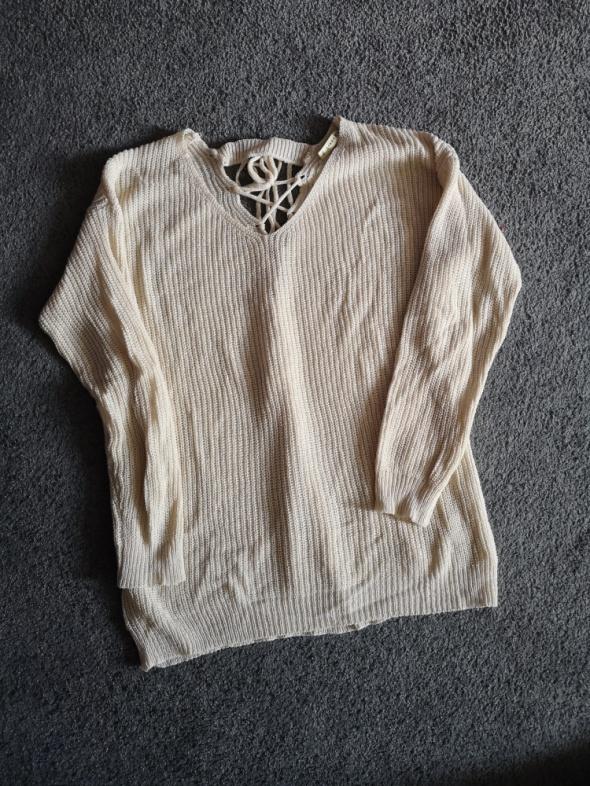 Beżowy sweter wiązany z tyłu