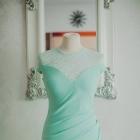 Miętowa długa sukienka na wesele z koronką trenem