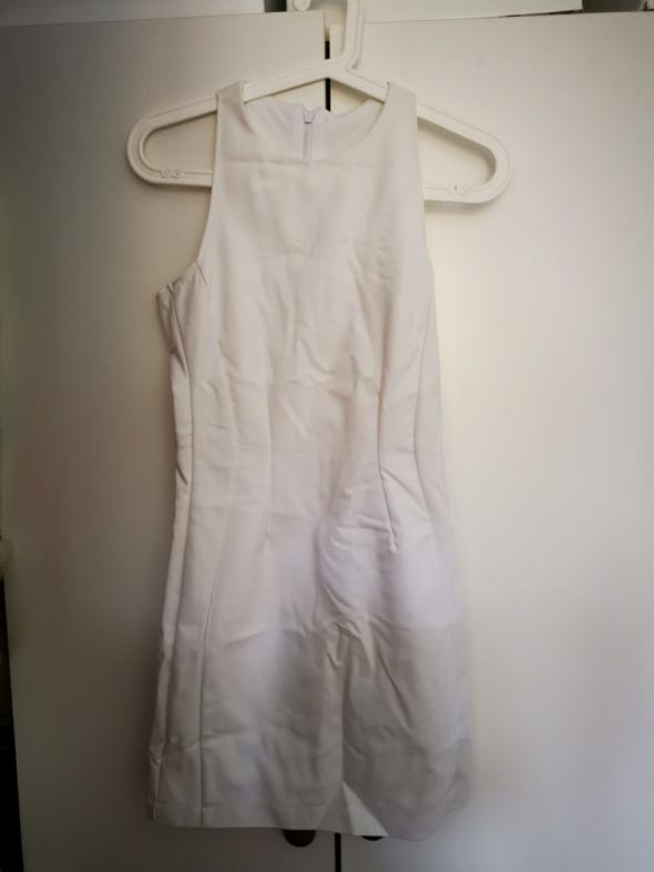Suknie i sukienki Biała sukienka Stradivarius z efektownym wycięciem na plecach