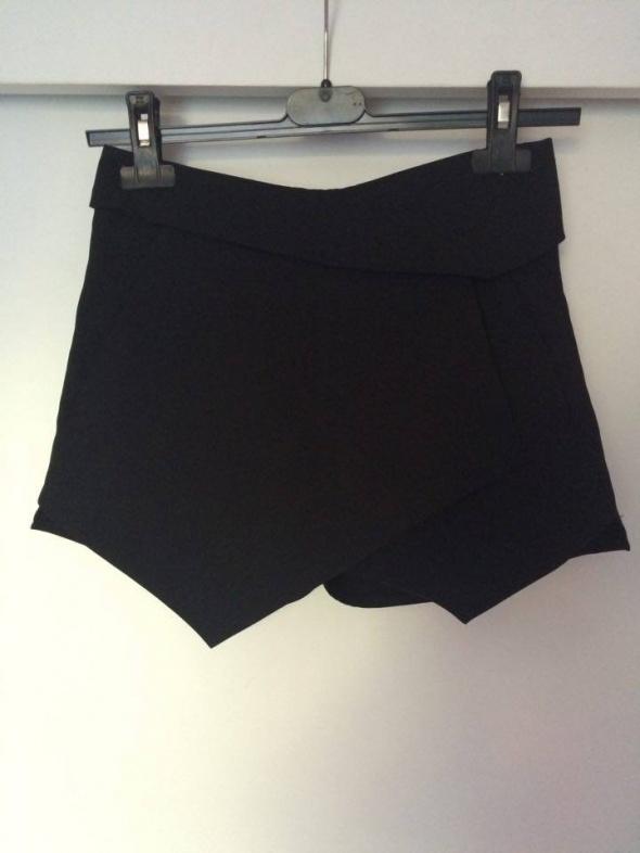 czarne asymetryczne eleganckie spodenki szorty