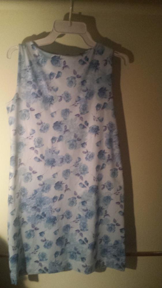 Jasno niebieska sukienka róże