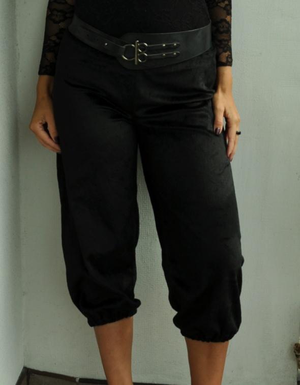 czarne spodnie za kolano...