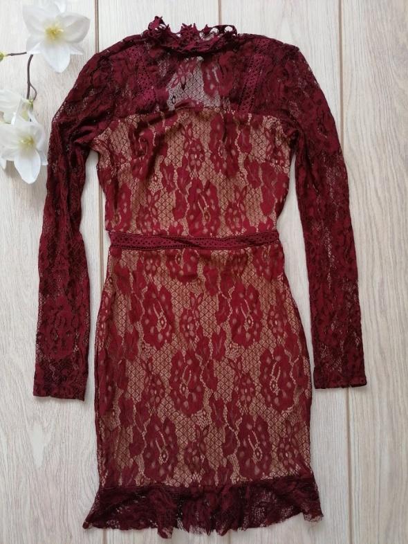 Koronkowa bordowa sukienka Pretty Little Thing