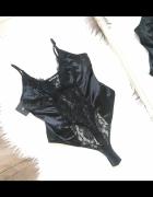 PrettyLittleThing Czarne koronkowe satynowe body na ramiączkach...