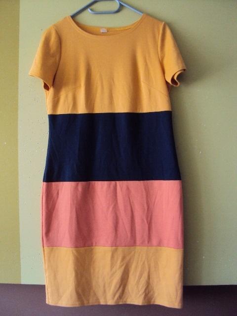 dzianinowa trójkolorowa sukienka