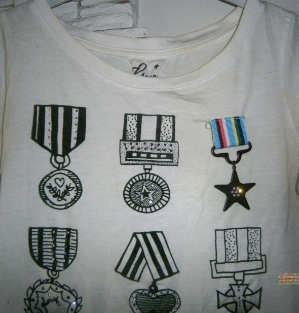 biała bluzeczka z medalami