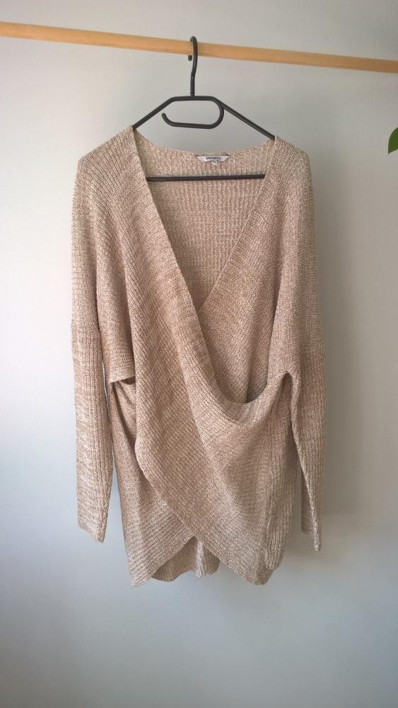 Długi beżowy sweter oversize...