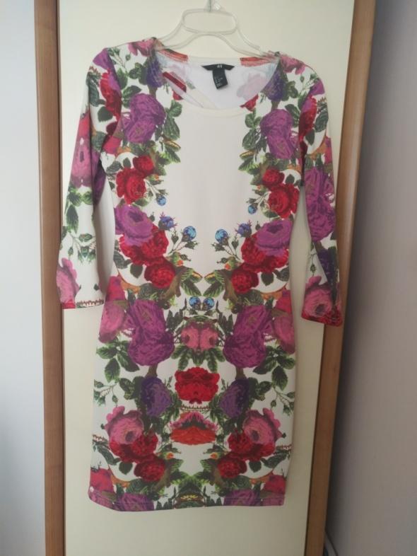 Dopasowana kwiatowa sukienka HM