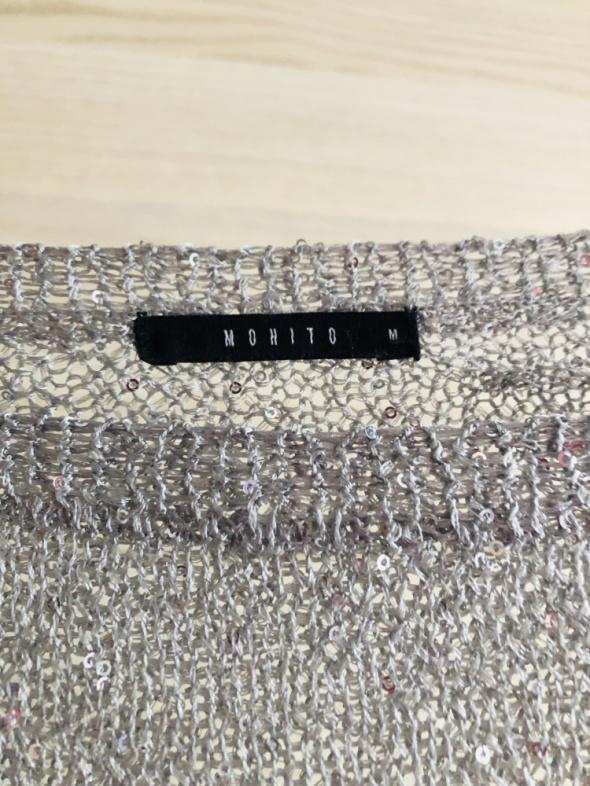 Cieniutki srebrny sweter MOHITO OVERSIZE z cekinami zaciągnięty...