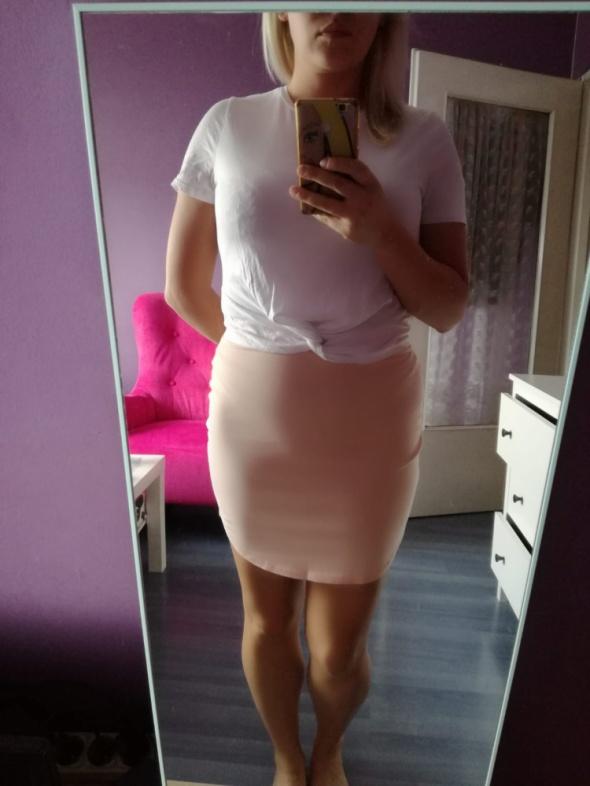 Brzoskwiniowa spódnica