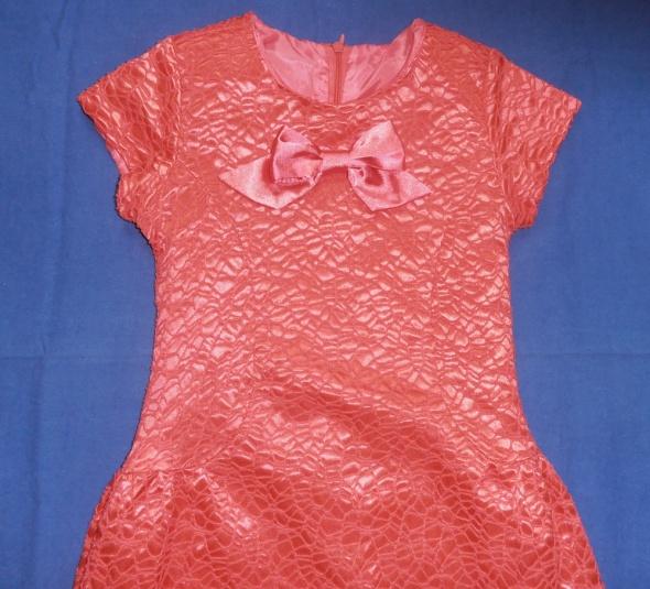 Sukienka rozkloszowania brzoskwiniowa tłoczony wzór 128 Klaudynka