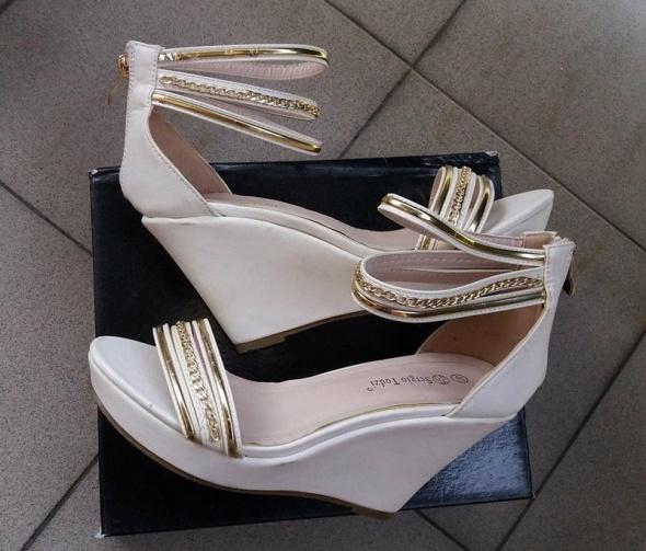 Sandały sandały białe na koturnie złote łańcuszki r 40
