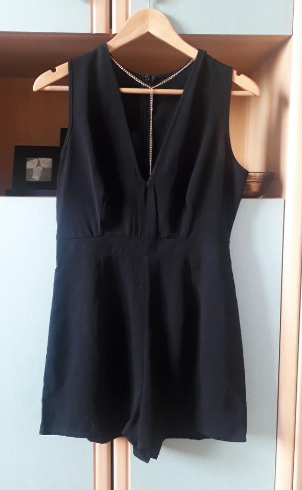 Czarny elegancki krótki kombinezon z dekoltem z łańcuszkiem bez rękawów