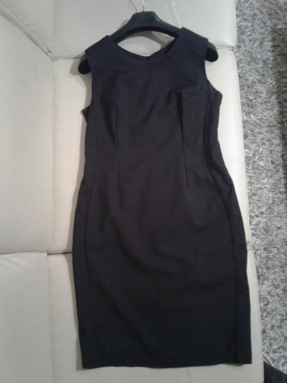 Czarna sukienka do biura...