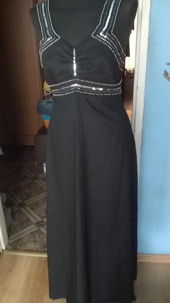 Piękna długa suknia zdobiona