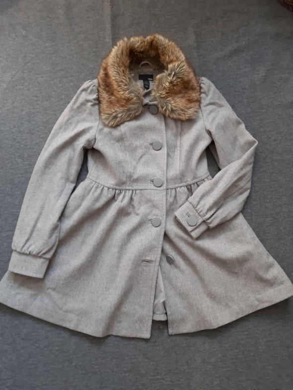 popielaty zimowy płaszcz z futrzanym kołnierzem...