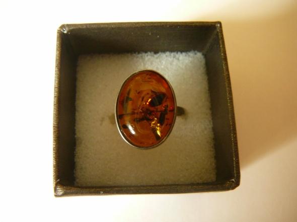 Srebrny pierścionek z bursztynowym oczkiem