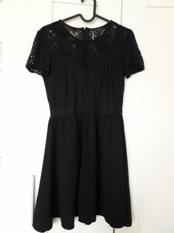 Rozkloszowana koronkowa sukienka...