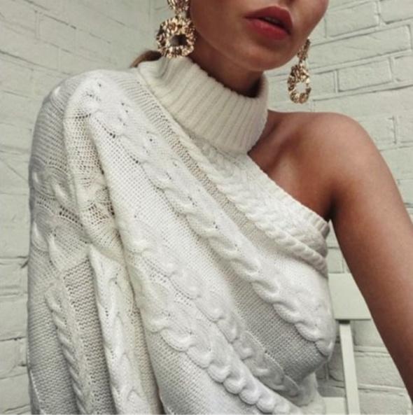 Biały sweter na jedno ramię uniwersalny