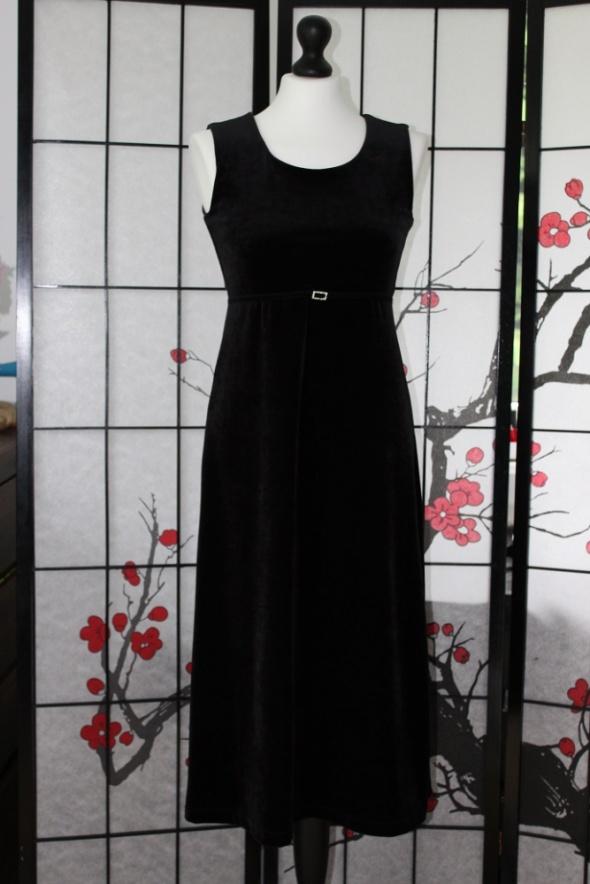 mała czarna klasyczna sukienka midi z aksamitu