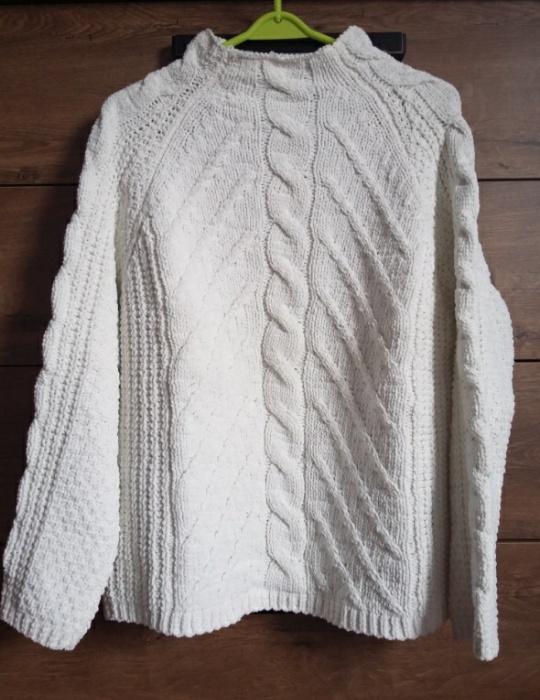 Biały sweterek warkocz