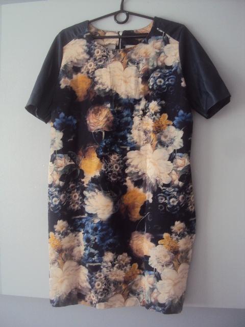 dzianinowa sukienka ze skórzanymi rękawami...