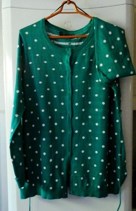 Rozpinany sweter zielony w groszki