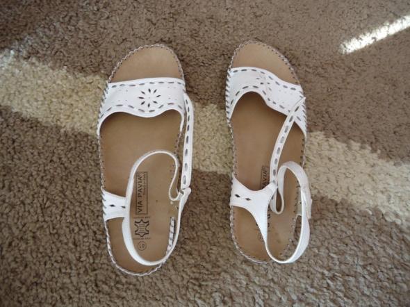 Białe sandałki